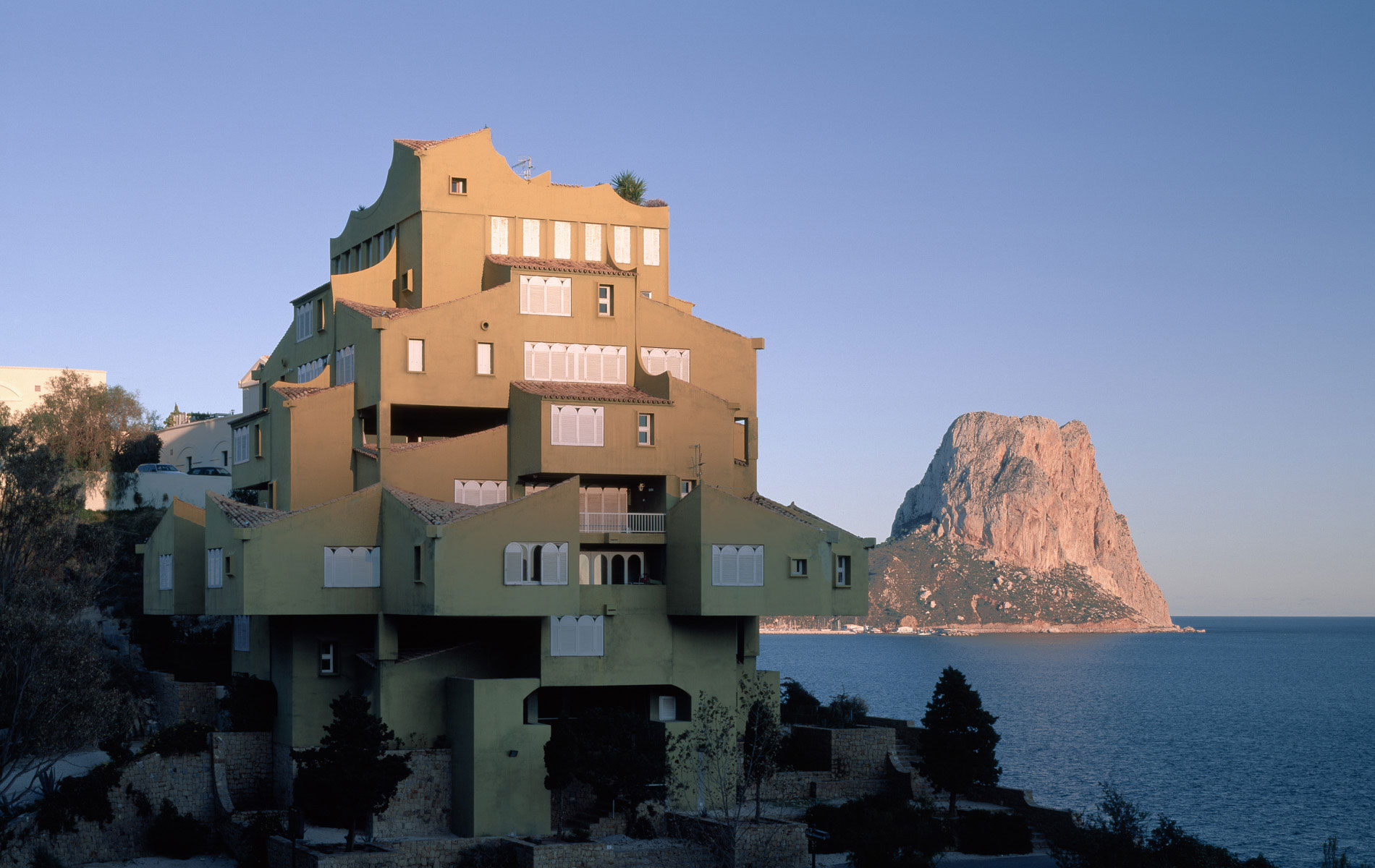 happy 74th birthday to spanish architect ricardo bofill here is his xanadu apartments in calpe. Black Bedroom Furniture Sets. Home Design Ideas
